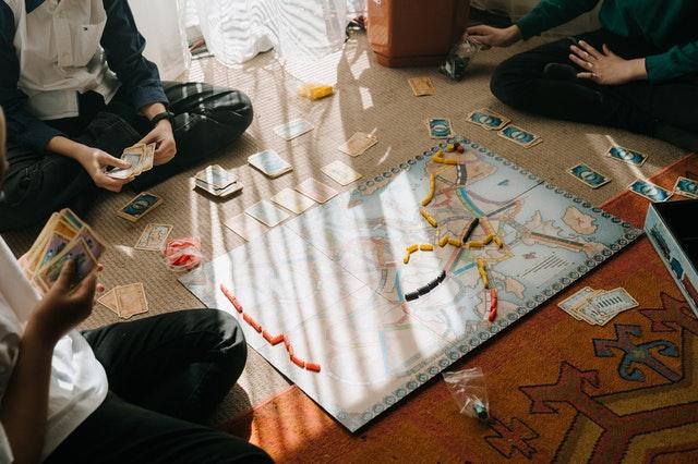 planszówki, gry imprezowe, gry planszowe na imprezę, gry planszowe na spotkanie rodzinne, jaką grę planszową wybrać, gry planszowe na spotkanie,