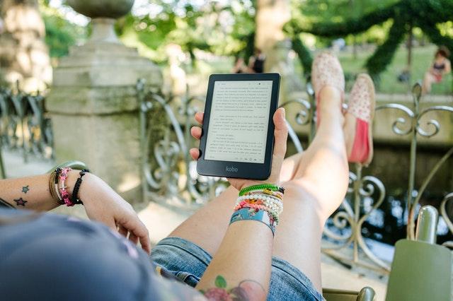 czytnik ebook, czytnik e-book, jaki wybrać czytnik, jak wybrać czytnik do e-booków, dla kogo czytnik e-book, zalety czytników