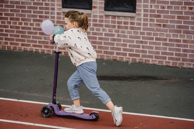 hulajnoga dla dziecka, elektryczna czy klasyczna hulajnoga, hulajnoga klasyczna czy elektryczna, wybór hulajnogi dla dziecka, zalety hulajnogi elektrycznej, zalety hulajnogi klasycznej