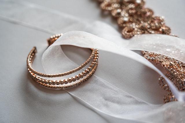 złota biżuteria, jak wybrać złotą biżuterię, jak kupować złotą biżuterię, co jest ważne przy zakupie złotej biżuterii, złoty wisiorek, złoty pierścionek, złoty zegarek, złota bransoletka