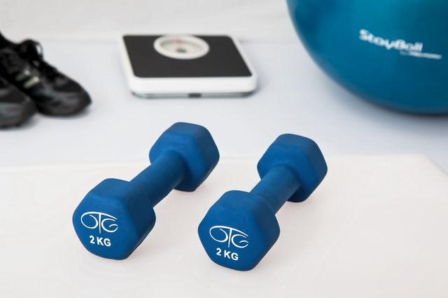 ćwiczenia w domu, przyrządy do ćwiczeń w domu, domowa siłownia, sprzęt do ćwiczeń, sprzęt do domu, trening w domu,