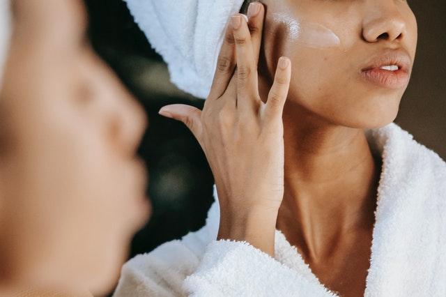 krem przeciwzmaszczkowy, kiedy zacząć używać kremu przeciwzmarszczkowego, dla kogo krem przeciwzmarszczkowy, starzenie się skóry, zmarszczki na twarzy, pierwsze zmarszczki